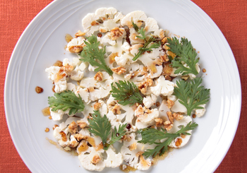カリフラワーは、新鮮で良質なものは生で食べられます。ぜひ、旬の味をカルパッチョ仕立てで楽しみましょう。パリッとした食感も心地よく、バルサミコ酢の味わい深いドレッシングがよく合います。