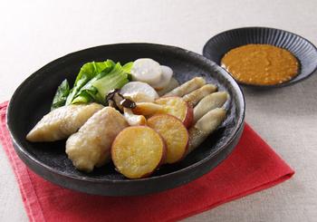 寒くなる季節には、温野菜が体を癒してくれます。写真は、お芋やごぼうなど季節の野菜のうまみ・甘みを味わうために、あえて蒸しただけのシンプル温サラダ。鶏肉も入っていますので、おかずとしても楽しめます。