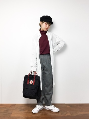 ボルドーのトップスとカンケンの持ち手、帽子とカンケンの本体の色味を合わせたリンクコーデ。  シャツワンピースとスニーカーまで白で合わせた、計算された着こなしが素敵です。