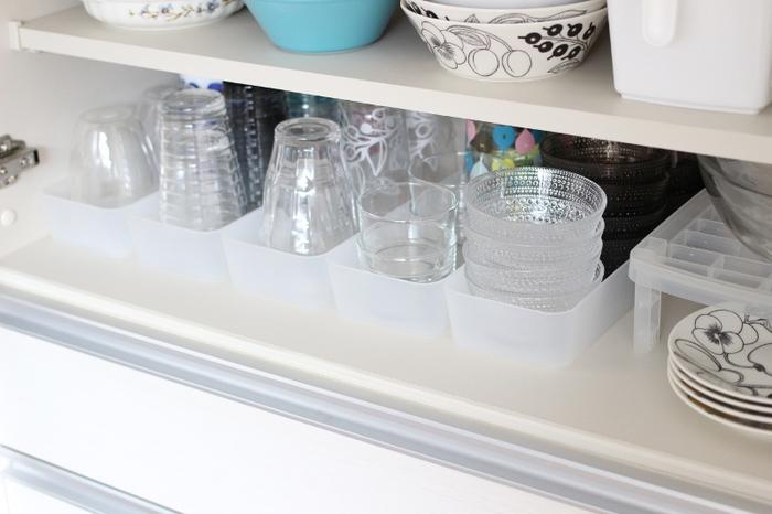 食器棚って奥の食器が取り出しにくいですよね。つい手前に置いた食器ばかりを使ってしまったり、奥のモノを取ろうと周りの食器を一度取り出すハメになったり…。 そんな時に便利なのがプラスチックトレー。引き出しのように使えるので、奥にしまった食器も取り出しやすくなります。