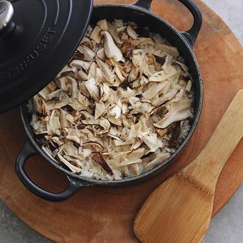ちょっぴり贅沢に、松茸ご飯はいかがでしょう。豊かな香りの松茸は、この季節ならではの味覚ですね。素材そのものを楽しむために、あえて油揚げ等の具は入れずに炊いて。一口ほおばれば至福のひとときを堪能できます。