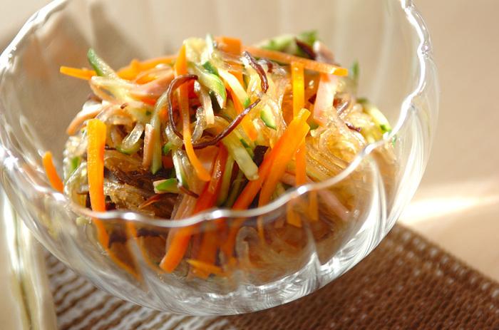 春雨の中華風サラダ、好きな方も多いのでは?手作りの中華風ドレッシングで、さっぱりおいしいサラダです。秋から冬にかけて旬を迎えるおいしいにんじんを使って、彩りよく仕上げましょう。