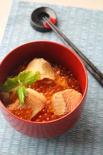 秋になったらぜひ試したい「はらこ飯」。はらこ飯とは宮城県亘理町の郷土料理のこと。脂ののった秋鮭をお米と一緒に炊き、イクラをたっぷり丼にのせていただきます。一度食べたらヤミツキになること間違いなし!