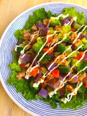 紫芋やにんじん、ブロッコリーなどを使った、目にも鮮やかな温サラダ。ツナを使っていますので、うまみとコクもたっぷり。最後に加えるガラムマサラが、味に素敵な魔法をかけてくれます♪