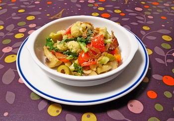 カリフラワーをもりもり食べられるのも、冬ならでは。ぜひ、カリフラワーを主役にした温サラダを作ってみましょう。食べ応えもあり、副菜のひとつとして楽しめる充実のサラダです。