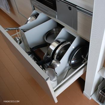 鍋やボールなどの大きめ調理器具は、事務用のファイルボックスがぴったり。重ねて収納すると使いにくかったモノも、取手を手前にして立てて収納するとサッと取り出せます。  取手の下のデッドスペースにお玉やフライパン返しなど収納すれば、スペースを無駄なく使う事ができます。コンロ回りで使うツールが1ヶ所にまとまると、お料理の手際もアップ!