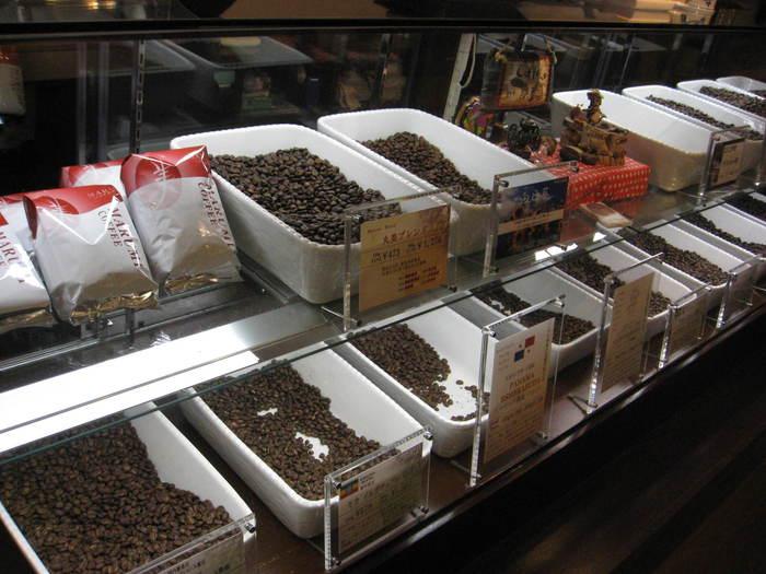 豆にこだわった珈琲専門店や喫茶店が多いのも札幌の特徴。特に近年では、店内に焙煎機を持って自家焙煎を行う「マイクロロースター」が注目されています。写真の「丸美珈琲」は、オーナーがコーヒーテイスティングの世界大会で第三位に入賞した本格的なスペシャルティコーヒー店です。豆の個性を生かした焙煎で仕上げた珈琲は自家用にも、お土産にもおすすめですよ。