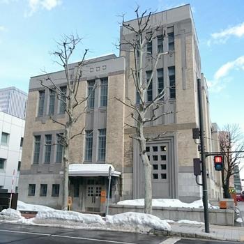 北海道立文書館別館は、北海道庁立図書館として、1926年(大正15年)に開館しました。数階もの高さに及ぶ柱「ジャイアントオーダー」を建てた古典様式でありながらも、細部には幾何学的な装飾を施したセセッション風の美しい仕上げとなっています。この建物が「北菓楼」の店鋪兼カフェとして、2016年春にオープンしました。