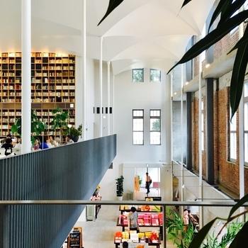 建物のリノベーションを手がけたのは建築家の安藤忠雄氏。1階が店鋪、2階がカフェとなっています。お土産として人気のバウムクーヘンや焼菓子のほか、店鋪限定の商品やカフェメニューも。