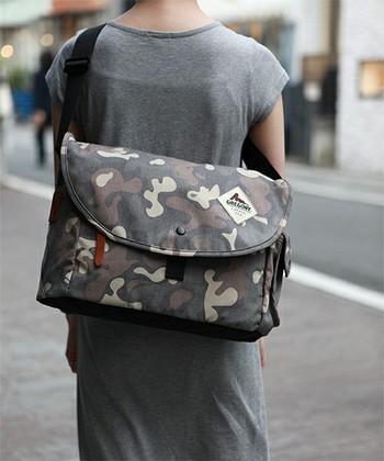シンプルなコーディネートにカモフラージュ柄のバッグでコーデにアクセントをつけるのも素敵ですね♪
