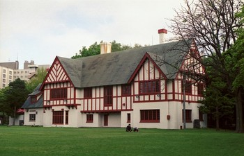 北海道知事公館は、1936年(昭和11年)に三井合名会社の別邸として建てられ、1953年(昭和28年)から知事公館となりました。白い外壁に赤い梁が映える「ハーフティンバー様式」の外観や、テレビ番組のロケにも使われた美しい内観が特徴的。また、屋外や室内には、北海道の彫刻家である安田侃氏の作品が配されています。