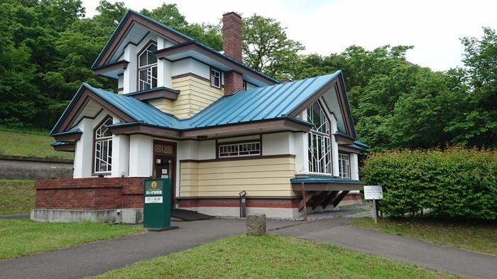 「さっぽろ・ふるさと文化百選」に選ばれた「旧小熊邸」を移築した、藻岩山のふもとに佇むカフェ。フランク・ロイド・ライトの弟子である田上義也の設計によるものです。