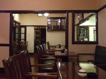 内部は幾何学的な照明器具、造り付けの長椅子や小窓、各所に組み込まれた窓飾りなどが印象的。緑に囲まれたロケーションの中、訪れる人たちは思い思いの時間を過ごしています。