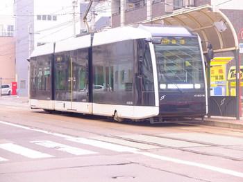 「すすきの」〜「西4丁目」間が結ばれ、ループ化して利用しやすくなった路面電車(市電)。藻岩山や中島公園観光に便利です。未来的なデザインの新型車両は、内部も景色を楽しめる観光仕様になっているので、見かけたらぜひ乗ってみて。土・日・祝に乗るなら、乗り降り自由な「どサンこパス」を利用するとお得ですよ。