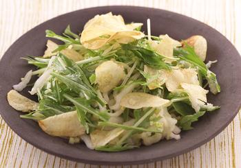 白菜は、ほんの少し火を通すと歯応えもよくなり、また甘みもアップします。ポテトチップスのカリカリ感を生かすためにも、白菜の水気はしっかり切りましょう。