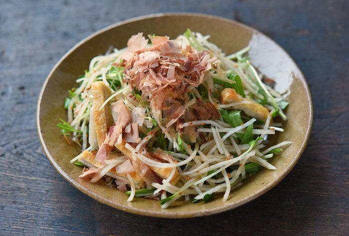 定番サラダのひとつ、大根サラダ。スライサーを使えば、簡単で作れますね。コツは、大根を水にさらしてパリッとさせることと、ドレッシングを食べる直前にかけること。さっぱり味で、もりもりと食べられるサラダです。