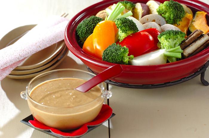 バリエーション豊富な温野菜に、ガーリックが香る自家製ごまドレッシングをかけて、たっぷりといただきます。野菜だけでも、メイン級の充実度。食べ過ぎてしまった翌日などにもよさそうですね。