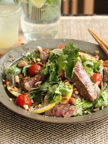 サラダにお肉などを入れると、たちまち豪華なおかずのひとつに。こちらは、ステーキをトッピングした、食べ応えのあるボリュームサラダ。パクチーたっぷりのエスニック風味で、食が進みます。