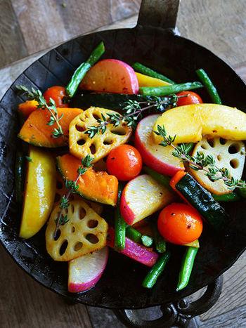 れんこんやかぼちゃ、りんごなど旬の野菜や果物をハーブとともに火を通し、白ワインやバルサミコのソースを合わせます。鮮やかな彩りが魅力的♪少し火を通すと、たくさん食べられるのもいいですね。