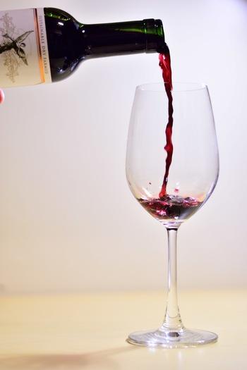 ワイン塩は、実はご家庭でも案外簡単に手作りすることができます。ボトルに少しだけ余ってしまったり、いただきものでちょっと好みでなかったワインも、ぜひ捨てずにワイン塩にしてみて下さいね。作り方は後ほどご紹介します。