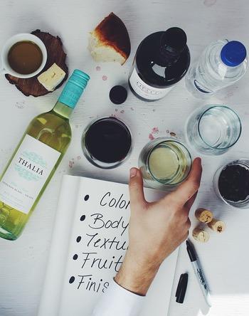 また、ワイン塩は使うワインによって色合いも味わいも変わってきます。赤ワイン塩をより鮮やかなピンク色に仕上げたいなら、濃い赤ワインを選んでブレンドするのがおすすめだそう。どのワインからどんなお塩ができるのか、いろいろ試してみるのもいいですね。