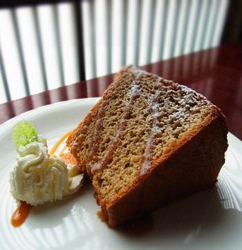季節ごとに変わる自家製ケーキ。甘すぎず、しつこくないのでランチのあとでも食べたくなる味です。居心地の良い店内で、ゆっくりとお茶を飲みながら過ごす時間は、とてもゼイタクに感じられるのではないでしょうか?
