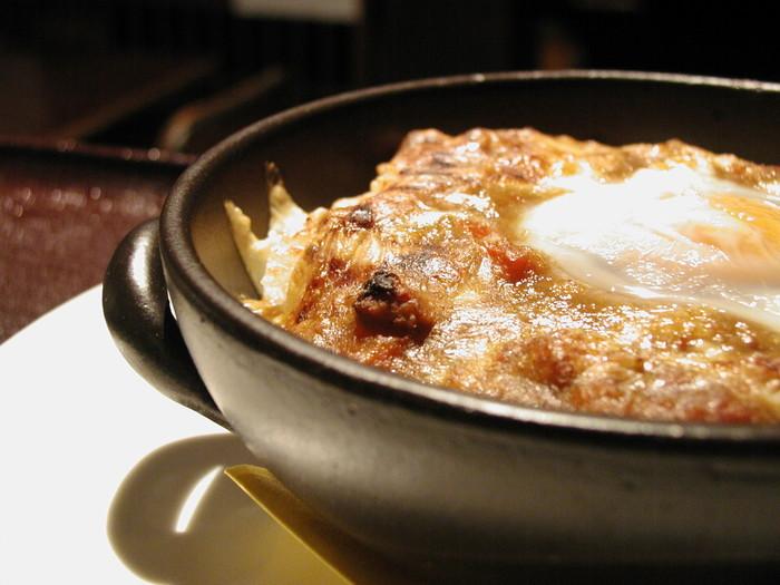 フードメニュー1番人気の「焼きカレー」。スパイシーな自家製ひよこ豆カレーに卵とチーズをトッピングしてじっくり焼き上げます。大人も満足できる本格的な味を食べにわざわざ遠方から訪れるファンも多いそう。焼きあがるまでに少し時間がかかるので、早めに注文するのがおすすめです。