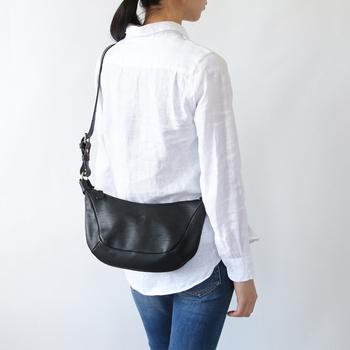 「革バッグのメンテナンス」と聞くと少し難しそうなイメージがありますが、乾拭きやブラッシングなど、日々のお手入れ方法はとってもシンプルです。 ときどきオイルケアで革に栄養を与えたり、定期的に防水スプレーでバッグを保護したり。