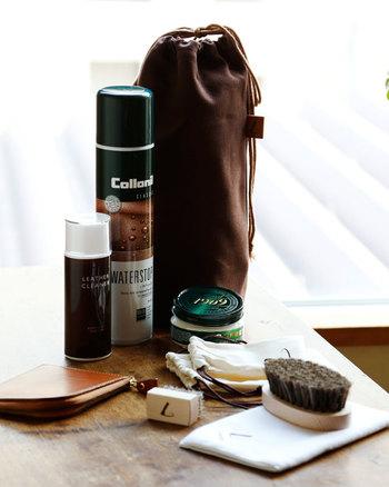 お手入れに必要なケアアイテムが一式揃った「レザーメンテナンスキット」。携帯に便利な専用ポーチに土屋鞄推薦のオイル・防水スプレー・クリーナー、さらに土屋鞄オリジナルの2種類のブラシ&布の特製ケアグッズがセットになっています。見た目もおしゃれなメンテナンスキットがあれば、毎日のお手入れが楽しくなりそうですね♪