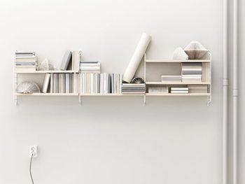 一つ一つの収納棚は比較的コンパクトですが、写真のように連結・拡張ができます。棚板は、5㎝間隔で移動できますので、お部屋の雰囲気に合わせて、壁面をデザインしてみるのも素敵ですね。