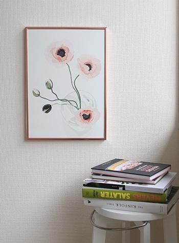素敵なポスターを1枚置くだけで、壁紙を変えたり、模様替えをしなくても、お部屋のイメージは驚くほど変わります。こちらは、「Kortkartellet(コートカルテレット)」のシンプルなボタニカルデザイン。自然の温かな息吹が感じられます。