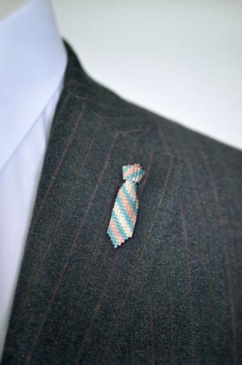 本物のネクタイの他に、ちょっとジャケットの襟元に添えるなど、ユーモアのある使い方が素敵ですね。父親や恋人など、男性の方に贈るにもぴったりのアイテムです。
