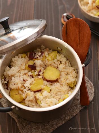 ホクホクのサツマイモたっぷりの炊き込みご飯。仕上げにフライパンで焦がしたバターを混ぜ合わせることで、香ばしく風味豊かな味わいを堪能できます。甘い味付けのご飯が苦手な方にもオススメですよ。