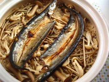 秋の味覚といえば、秋刀魚も外せません。秋刀魚の開きを使って簡単に秋刀魚の炊き込みご飯を作ってみませんか。魚焼きグリルでこんがり焼くことで、香ばしさをプラス。食欲がそそられる一品です。