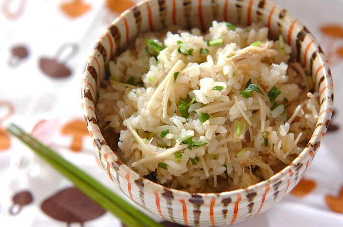 シンプルながらじんわり美味しいエノキの炊き込みご飯。生姜の千切りも一緒に炊いているので、爽やかな風味が魅力的。最後に三つ葉を散らすことで香りも加わり、彩りも美しく仕上がりますよ。