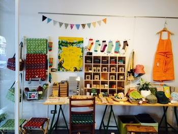 ブランドのアイコン的モチーフである「台湾八哥(ハッカチョウ)」をはじめとする、カラフルでおしゃれな布や布雑貨を販売しています。
