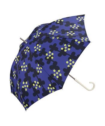 憂鬱な雨の日も、こんな傘をさせば心が弾みそう。デフォルメされたクローバーの中には、四つ葉のクローバーもあり、雨降りの日でも四つ葉のクローバー探しができます。