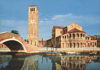 「サンティ・マリア・エ・ドナート教会」は、7世紀に建てられたビザンティン様式の教会です。