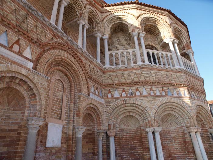 レンガ造りの建物と、白い大理石の柱が特徴。