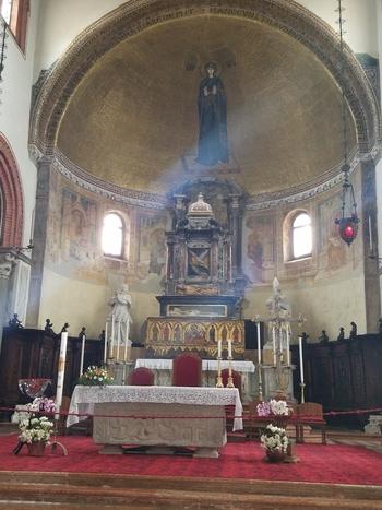 ヴェネツィアン・グラスのシャンデリアや床のモザイク画など、内部も美しい教会です。
