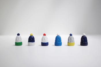 針から編み目が外れないように守る編み物キャップですが、並べてオブジェとして飾っても素敵です。穴が3つついていて、細い針から太い針までカバーできる優れものです。
