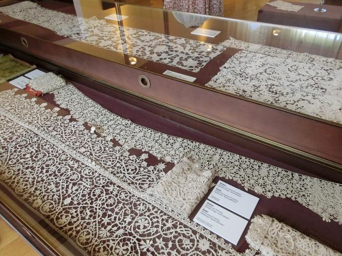 漁で使う魚網作りの技術が発展し、15・16世紀からレース編みが島の特産品になったのだとか。こちらは、レース博物館の展示作品です。