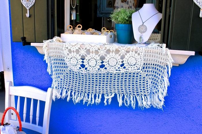 ブラーノ島はカラフルな街並みだけでなく、レース編みの産地としても有名です。