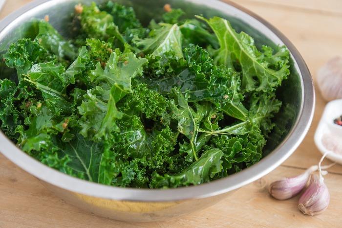 青汁の材料にも入っているほど、栄養豊富なケールもカナダで人気の食材。チップスにすればパリパリと手軽にいただけます。