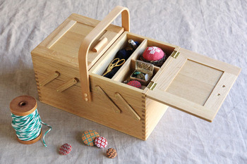 昔ながらの「お針箱」は一つは持っていたいアイテム。国産のなら材を使い、北欧のお針箱をモチーフに作られた形は便利で使いやすさも抜群。リビングに出しておきたくなる、かわいい形です。
