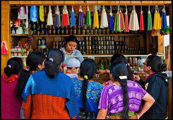 その一方でマヤの文化も現代まで受け継がれており、土地によって少しずつデザインの違う色鮮やかな民族衣装は、今でも人々の普段着です。その影響かグアテマラ人は色鮮やかなものが大好き!