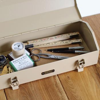 スチール製の工具箱は耐久性も抜群。新潟県にある工具箱専門工場に特注した日本製の工具箱です。工具入れとしてはもちろん、お部屋に置いてインテリアのアクセントにするのも素敵ですよ。