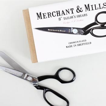 女性でも扱いやすいサイズの切れ味抜群な裁ちばさみ。イギリスの工業地帯シェフィールドで作られています。製品の良さもさることながら、箱も飾っておきたいほどおしゃれ。高級感がありますね。