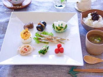 「Tammy*」さんの朝ごはん。白のお皿に品よく盛り付けられたおかずたち。キレイなグリーンの豆皿がアクセントになっていて素敵です。おかずの緑とさり気なくリンクしていて馴染みもいいので嫌味がありませんね。