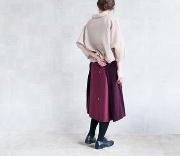 深みのあるボルドーがキレイな膝下丈のスカート。落ち着いた色が全体を秋らしく上品に見せてくれてますね。ベルベッドとウールの生地もトレンド感たっぷり。